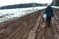 Около полукилометра самой проблемной части дороги Юнда – Балезино недавно частично посыпали щебнем.