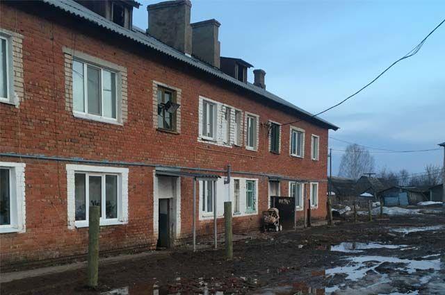 В д. № 2 по ул. Садовой в д. Горшки подвалы и первые этажи подъездов уже заливает водой.