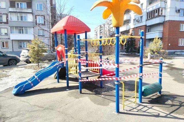 Гулять с детьми можно, но стоит выбирать те места, где нет других людей и детей.