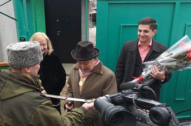 Горячеводские казаки подарили ветерану памятную медаль и шашку
