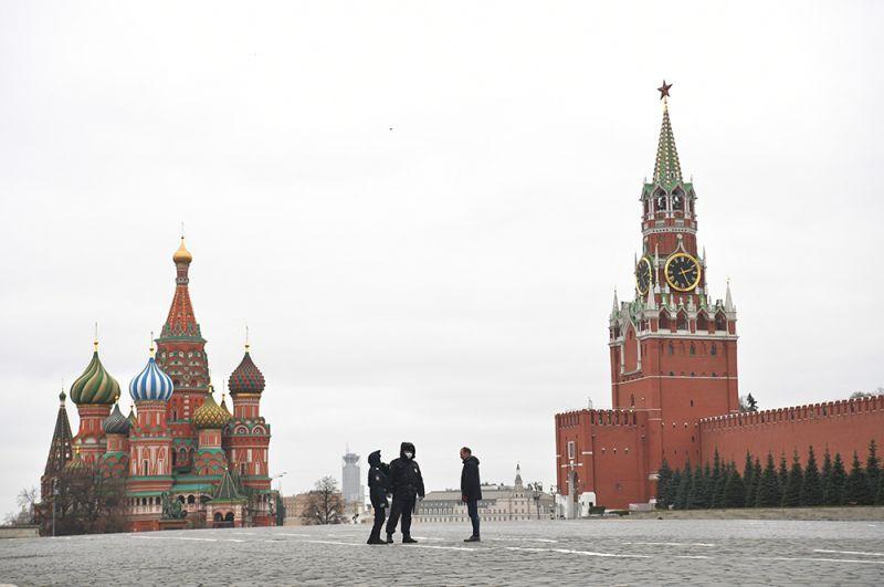 Сотрудники полиции на Красной площади в Москве.
