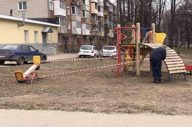 В Чебоксарах опечатали детские и спортивные площадки, чтобы у горожан не было соблазна там собираться.