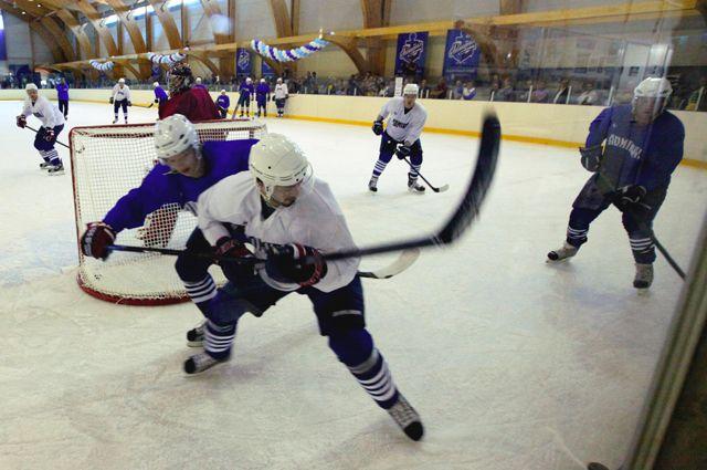 Игроки хоккейного клуба «Адмирал» на тренировке.