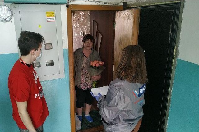 Волонтеры, приходя к пожилым, соблюдают правила безопасности.