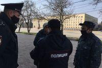 Полиция останавливает прохожих, выясняет, куда и зачем идут