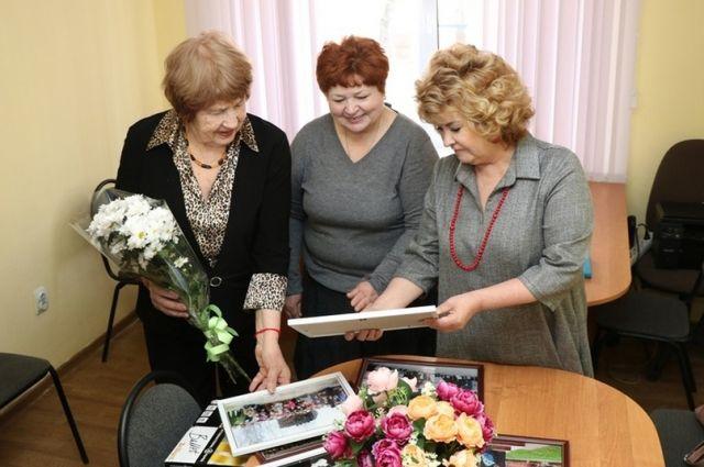Обновленный кабинет украсили букеты цветов, а стены – фотографии с совместных мероприятий.