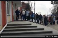 1 апреля перед зданием администрации города скопилась огромная очередь.