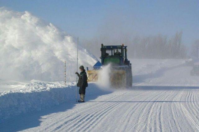 В период строительства дорожниками производится намораживание льда для увеличения его толщины