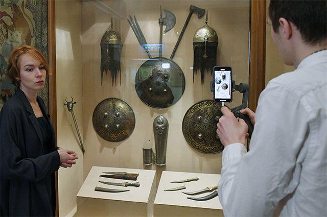 Сотрудники музея записывают онлайн экскурсию в музее Востока в Москве.