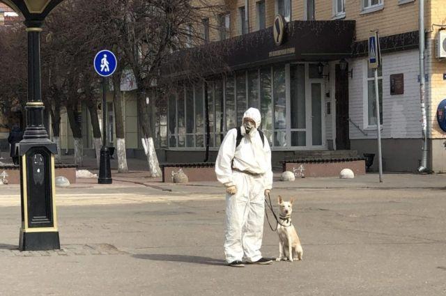 Виталий Кондратьев выгуливает свою собаку Черри на ул. Трёхсвятской.