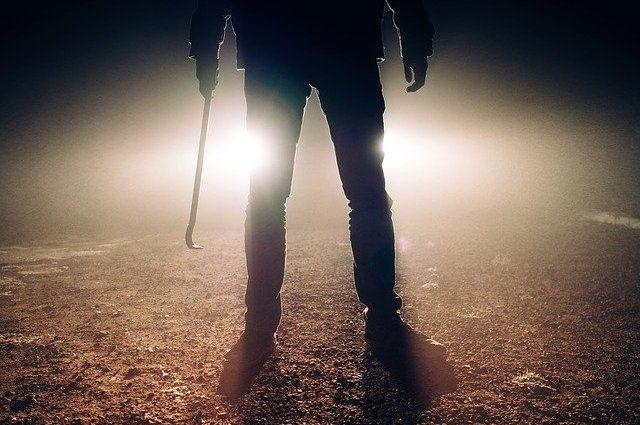 Мужчины избили до смерти односельчанина и попросили знакомого спрятать улики.