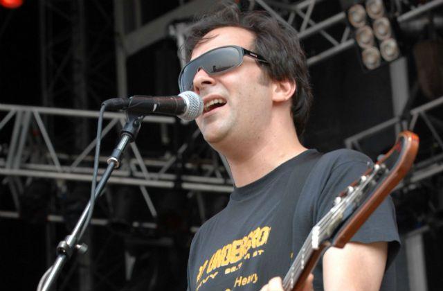 Американский музыкант Адам Шлезингер умер от COVID-19