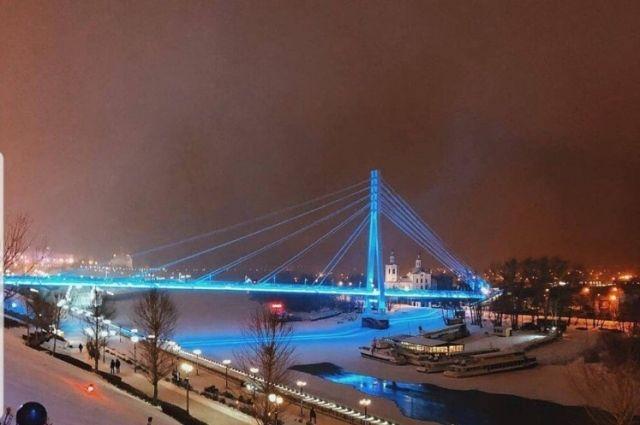 Мост влюбленных в Тюмени подсветят синим цветом