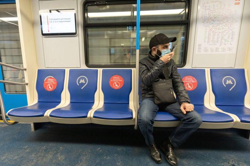 Стикеры, напоминающие о соблюдении дистанции пассажиров метро в связи с режимом самоизоляции.