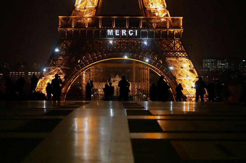 «Спасибо» на Эйфелевой башне в Париже, Франция.