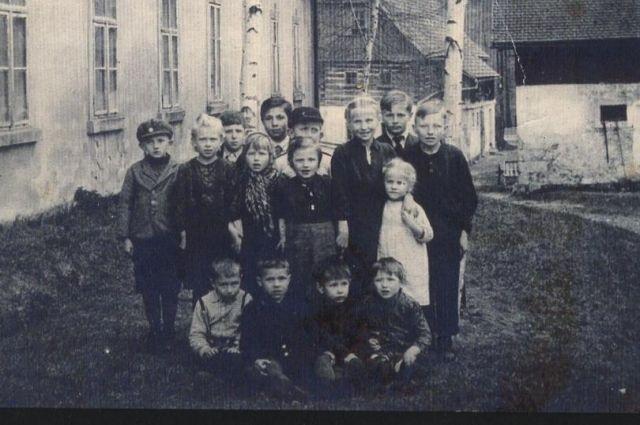 Узники концлагеря Линденау в Чехословакии. Анечка - в белом платье.