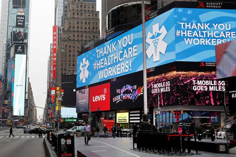 Благодарность работникам здравоохранения на Таймс-сквер в Нью-Йорке, США.