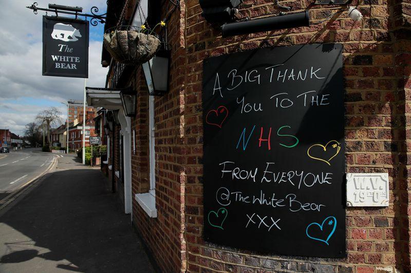 Слова благодарности Национальной службе здравоохранения Англии (NHS) на улицах города Броксбурн, Великобритания.