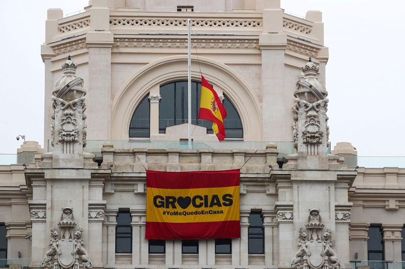 Надпись «Спасибо» на здании мэрии в Мадриде, Испания.