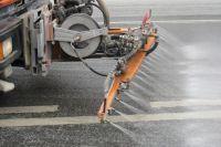 Проводится помывка проезжей части, тротуаров, остановок, ограждений.