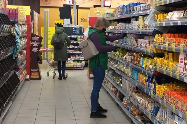 В магазинах все больше людей в масках.