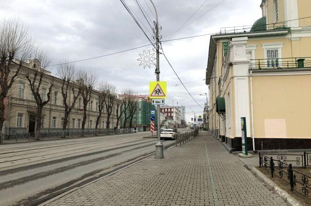 На улицах городов, в том числе в Перми, пусто. Прохожие есть, но их не очень много.