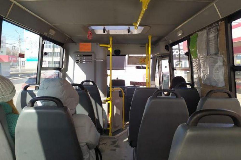Автобусов в городе стало меньше, пассажиров в них мало.