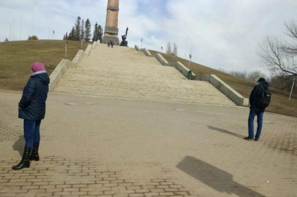 У Монумента дружбы народов.