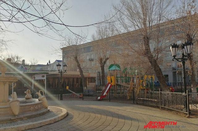 На площадке у закрытого детского кафе - никого. И это правильно!