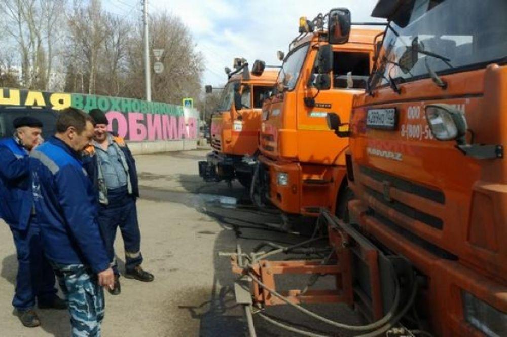 По городу ездят КамАЗы, которые моют и дезинфицируют улицы.