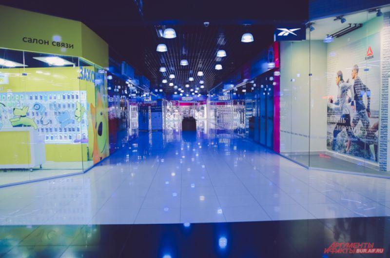 Сейчас в опустевших торговых центрах работают только салоны связи, аптеки и продовольственные магазины.
