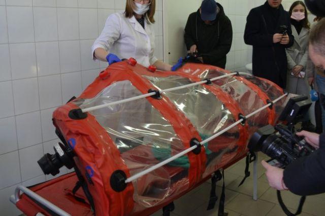 Всех пациентов с коронавирусом перевозят в реанимобиле в специальной транспортировочной капсуле.