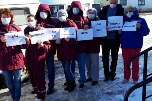 Ольга Пензина (нафото первая) успела принять участие вофлэшмобе медиков, пока сама незаразилась.