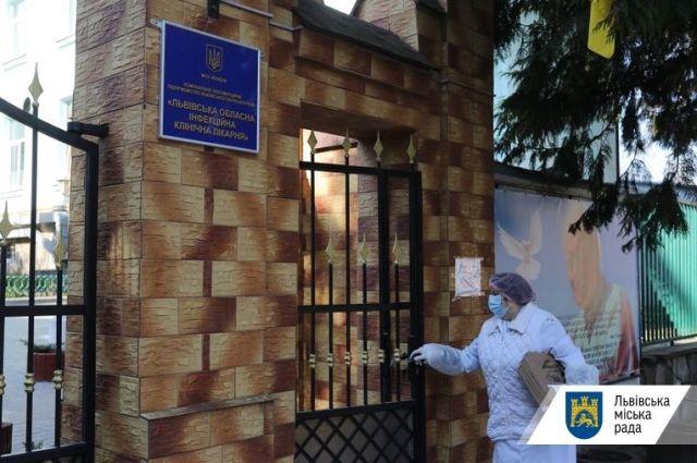 Во Львове у двух врачей зафиксировали COVID-19