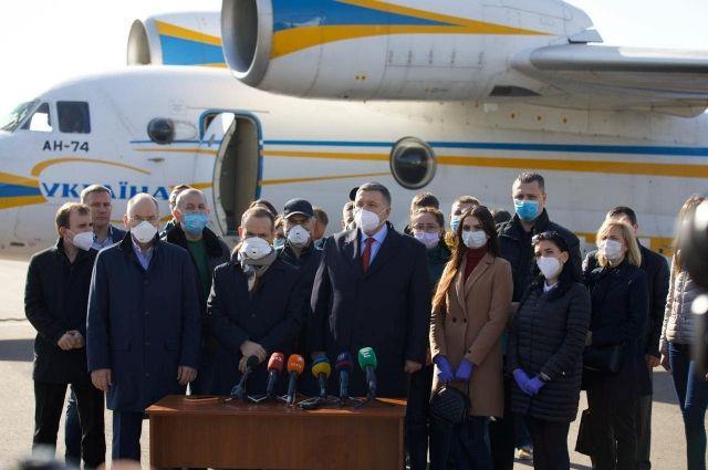 20 украинских медиков отправились в Италию для помощи в борьбе с Covid-19