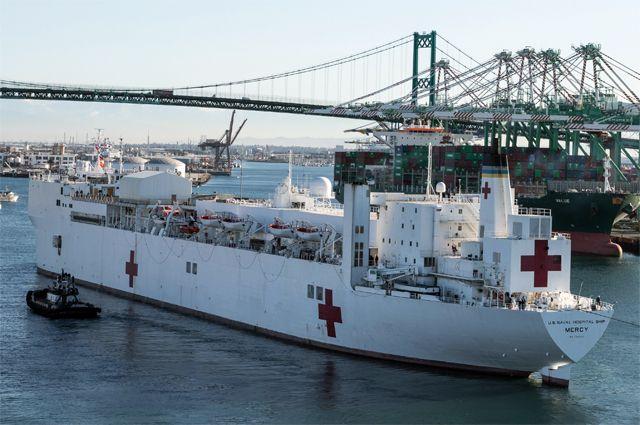Плавучий госпиталь USNS Mercy прибыл в Лос-Анджелес.