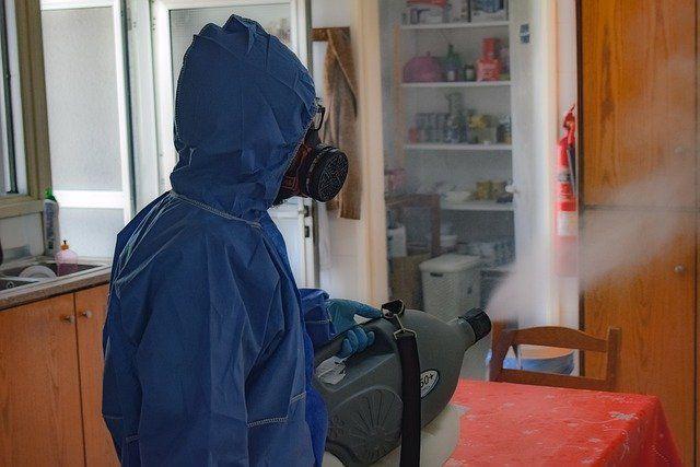 Работники в защитных костюмах проводят обработку спецсредствами.