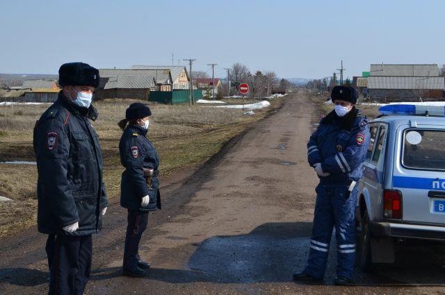 У карантинного села Новоникитино дежурят полицейские посты.