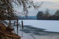 На водоёмах появляются закраины, полыньи, талая вода на поверхности льда и его потемнение.
