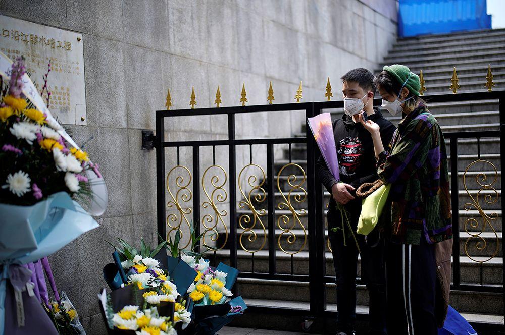 Жители Уханя отдают дань памяти погибшим.
