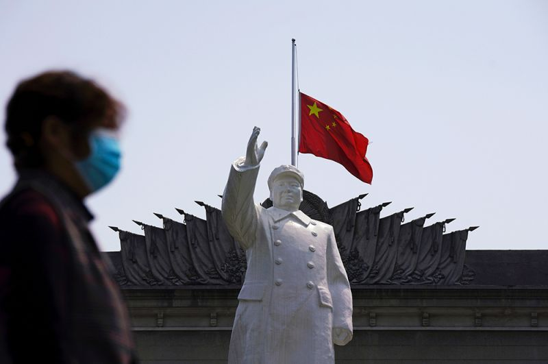 Приспущенный китайский флаг за памятником Мао Цзэдуну в Ухане.