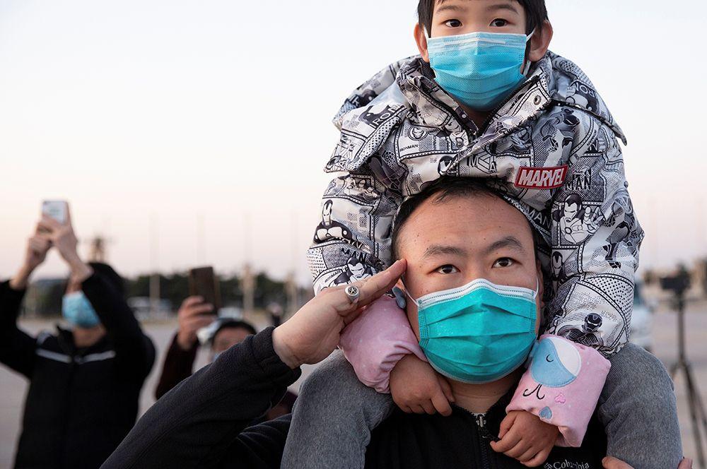 Мужчина отдает честь погибшим во время эпидемии коронавируса в Пекине.