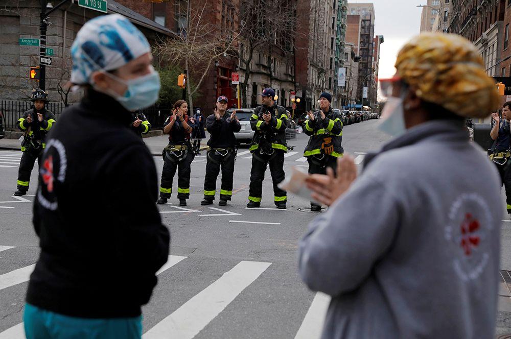 Пожарные Нью-Йорка аплодируют медицинским работникам.