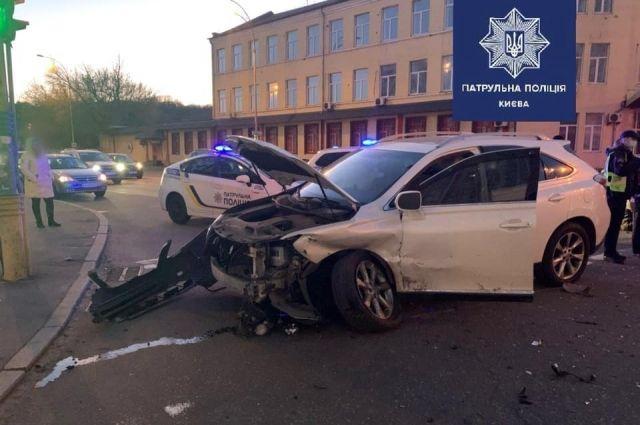 В Киеве угонщик авто проехал четыре перекрестка на красный и устроил ДТП