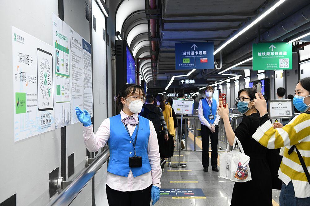 Пассажиры сканируют QR-коды на станции метро в Шэньчжэне.