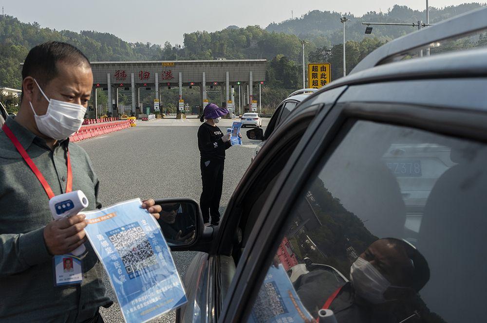 Проверка QR-кода у водителя на контрольно-пропускном пункте, Цзыгуй.