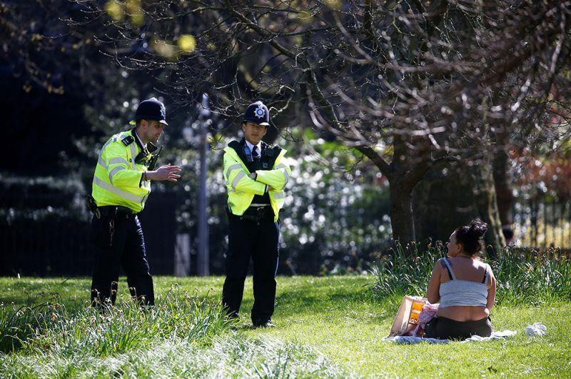 Полицейские в парке Сент-Джеймс в Лондоне просят жительницу покинуть его и оставаться дома.