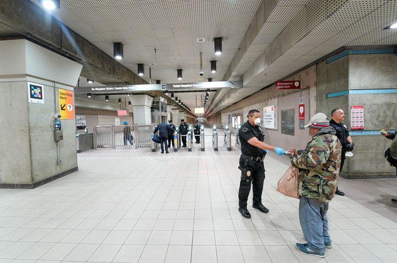 Сотрудники полиции проверяют цель поездки пассажиров на Юнион-стейшн в Лос-Анджелесе.