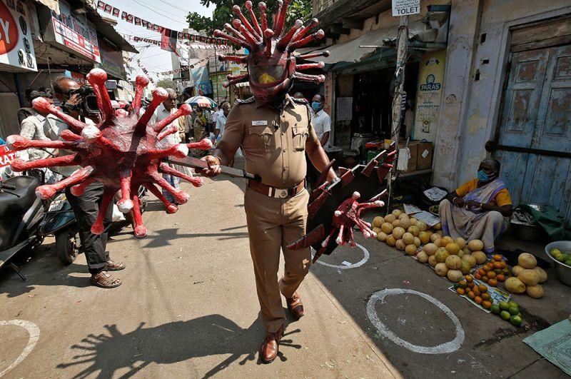 Полицейский в костюме коронавируса в Ченнаи, Индия.
