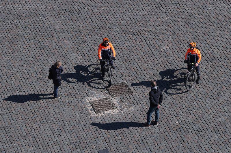 Полицейские контролируют перемещения граждан на площади Гран-Плас в Брюсселе, Бельгия.